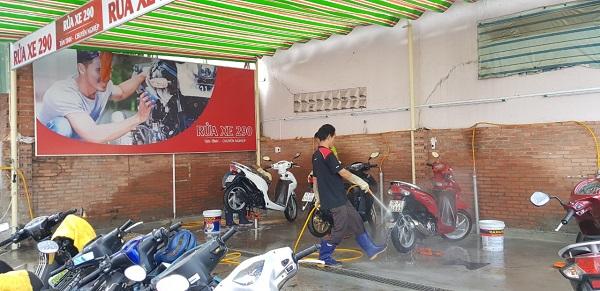 Nên thường xuyên rửa xe, để loại bỏ bụi bẩn, bùn đất bám trên xe